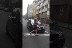 ¡Jajaja, qué malos! Este conductor cayó en una sencilla, pero efectiva broma. ¿Tú qué habrías hecho?
