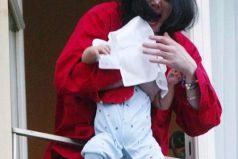 ¡Recuerdas esta imagen tan polémica del rey del pop? así luce hoy este bebé