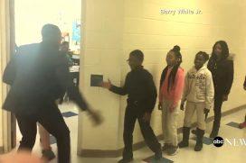 ¡No puede ser! El maestro que le tiene un saludo personalizado a cada alumno. ¿Por qué mis profesores no eran así?
