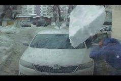 ¡Impresionante! Un bloque de hielo cae desde un tejado y destroza un carro en Rusia. ¡El susto dejó fríos a los ocupantes!