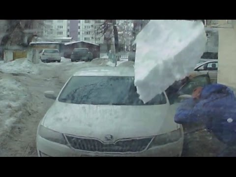 Russia-block-of-ice-fall-on-the-car