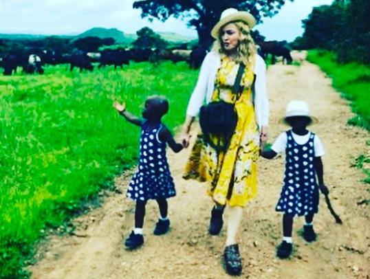 Madonna comparte por primera vez un bello vídeo de sus gemelas adoptadas en África