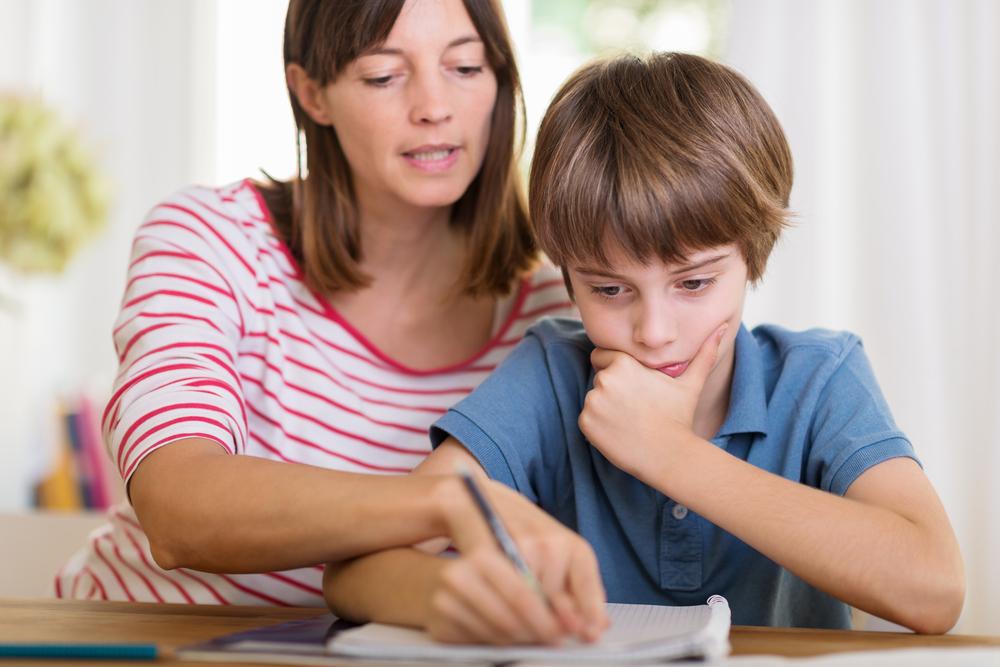 mama-hijo-estudiando