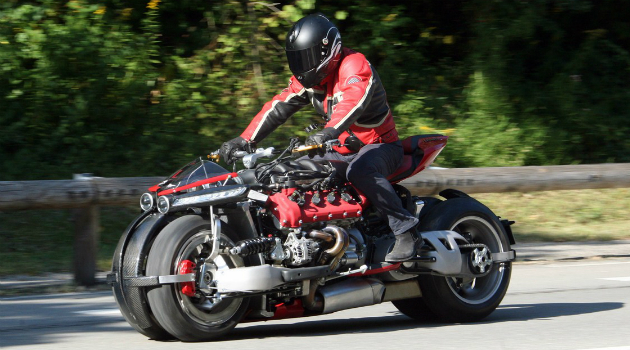 La increíble moto de cuatro ruedas con motor de un Maserati