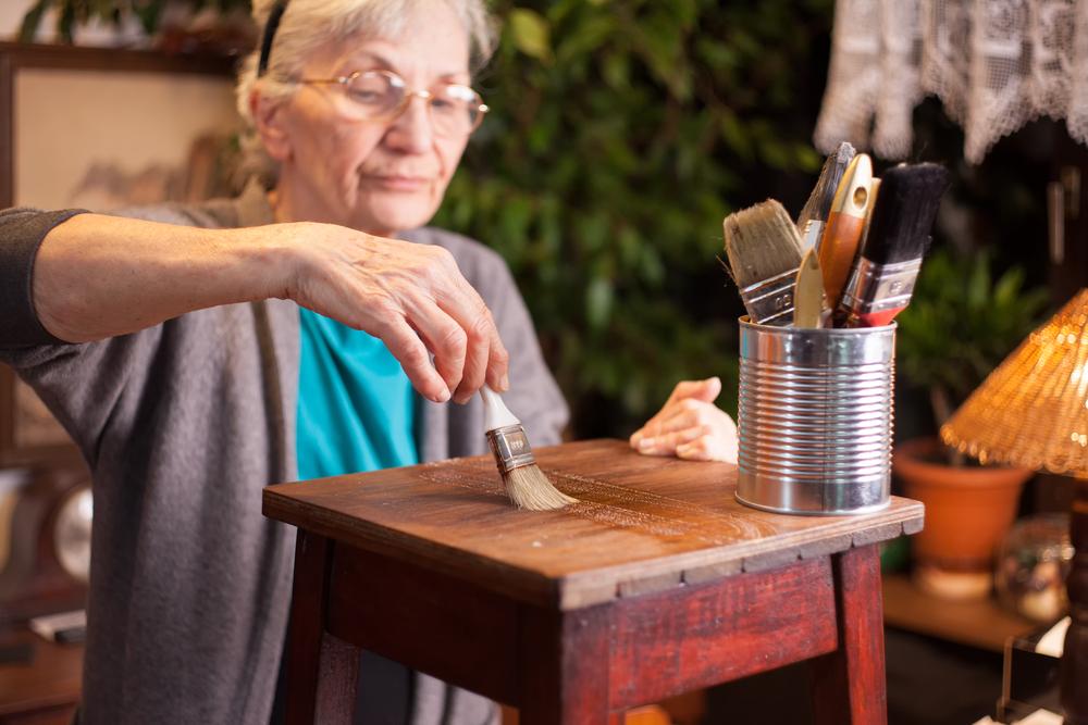 mujer-arreglando-mueble