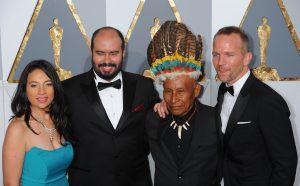 HOL01. LOS ÁNGELES (CA, EE.UU.), 28/02/2016.- El director Ciro Guerra (2i) y su esposa y productora Cristina Gallego (i) asisten acompañados por el el actor Antonio Bolívar (2d) y Brionne Davis (d) hoy, domingo 28 de febrero de 2016, a la edición 88 de los Premios Óscar, en el Teatro Dolby de Los Ángeles, California (EE.UU.). EFE/MICHAEL BAKER