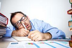 ¡Oye no te duermas en el trabajo! Aprende estos tips que te mantendrán despierto