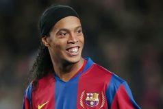 A Ronaldinho casi lo deja el taxi en Barcelona, ¡a todos nos pasa!