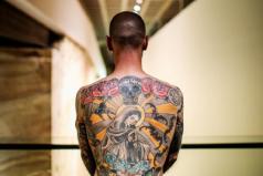 Hombre vendió su espalda por 1.600 dólares, ¡todo por el arte!