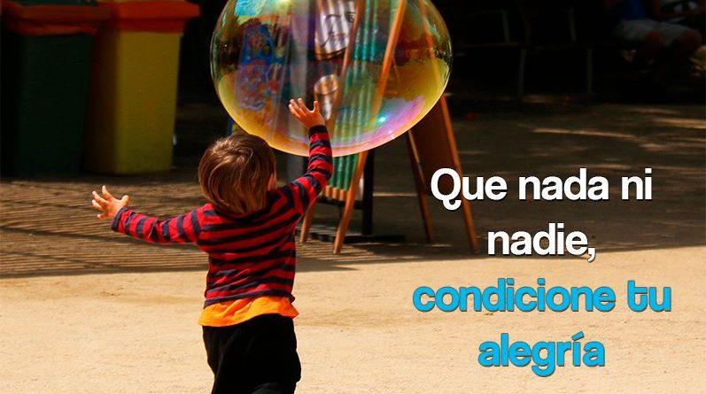 Niño corriendo con una enorme burbuja