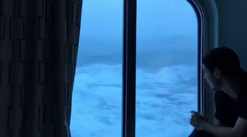 Este-es-el-momento-en-el-que-un-crucero-es-alcanzado-por-olas-de-hasta-10-metros