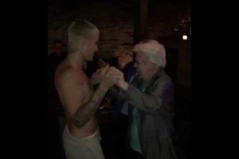 Justin Bieber vuelve a sorprender bailando… ¡Con una 'Belieber' poco convencional! ¿Cuántos años cree que tiene?