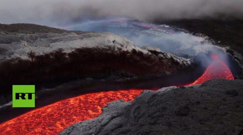 Lava-incandescente-desciende-por-las-laderas-del-volcán-Etna