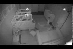 Los padres de estos gemelos captan en video la razón por la que amanecían cansados. ¡Qué traviesos!