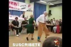 Déjate sorprender por el baile de estos viejitos. ¡Hacen pasos de rock & roll que yo jamás podré hacer!
