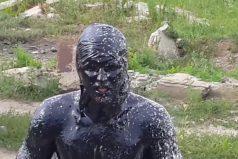 ¡Nooo, qué clase de locura es esta! Mira cómo resulta la disparatada idea de este joven ruso… ¡Saltó a una piscina de aceite!