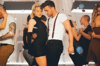 ¿Te gustaría aprender a bailar al estilo de Shakira? Ella misma te explica como hacerlo ¡Espectacular!