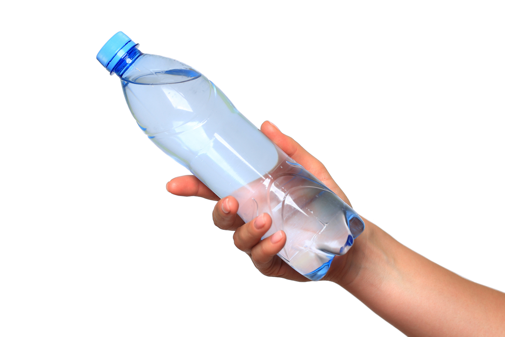 Las razones del porqué debes evitar tomar agua en botella plástica