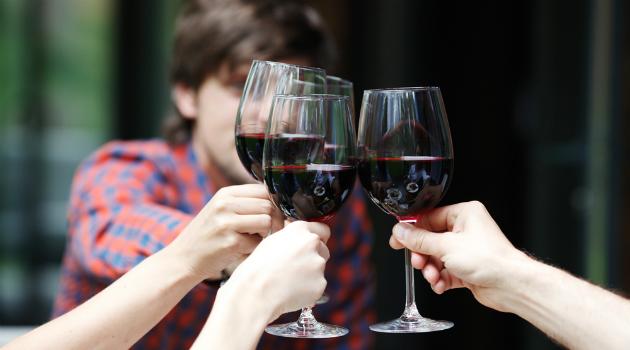 Estudio revela que beber una copa de vino tinto equivale a una hora de gimnasio
