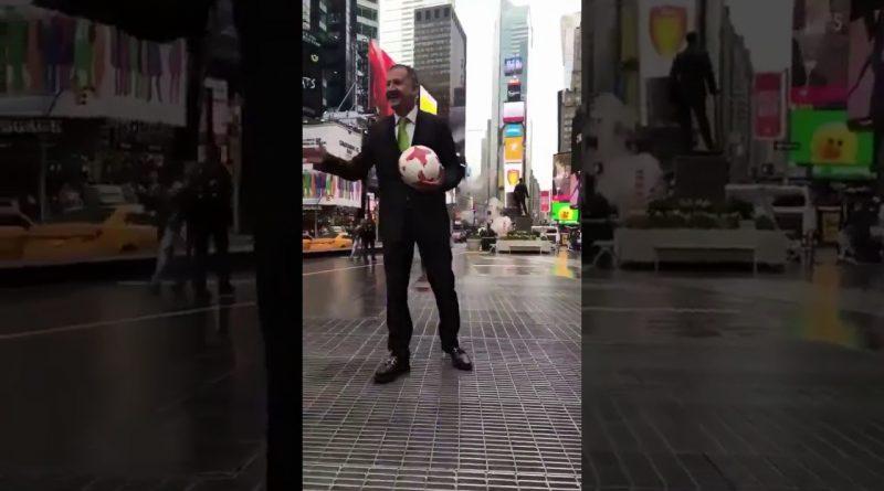 Increíble-lo-que-hace-el-DT-de-México-Juan-Carlos-Osorio-en-NY-Show-Viral-MX-2017