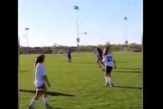 ¡Wow! Los reflejos de este árbitro te sorprenderán. ¡Qué flexibilidad!