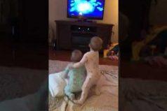Lo que estos dos bebés hacen mientras ven 'Frozen'… ¡Te enternecerán!