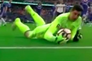 ¡Inexplicable! Este era un gol seguro, pero el baló se arrepintió a mitad de camino