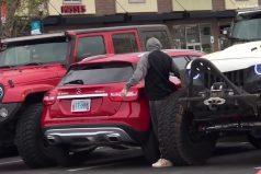 ¡Jamás estaciones mal tu carro! Podrías recibir una incómoda lección, como le pasó a este conductor