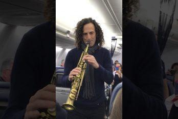 Típico: vas viajando en avión y de repente Kenny G empieza a tocar el saxofón en el pasillo. ¡Vaya sorpresa!