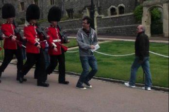 ¡Qué susto! Esto le paso a un turista al intentar sacarse una foto con los guardias del Palacio de Buckingham