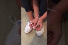 ¡Impresionante! Esta pequeña logra safarse de unas esposas de plástico… ¡En menos de un minuto!