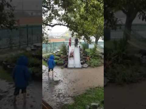 Toboganes-con-niños-bajo-la-lluvia