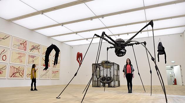 FA011 LONDRES (REINO UNIDO) 14/06/2016.- Una empleada del museo posa para los fotógrafos junto a trabajos de la artista Louise Bourgeois en las nuevas instalaciones del museo Tate Modern en Londres, Reino Unido, hoy, 14 de junio de 2016. La Tate Modern presenta hoy sus nuevas instalaciones, tras la ampliación que se ha llevado a cabo en este prestigioso museo londinense. EFE/Facundo Arrizabalaga