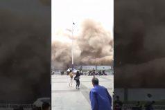 ¡Qué susto! Impresionante demolición de un viejo edificio en China… ¡Demasiado cerca de una autopista!