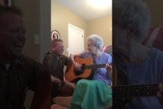 ¡Simplemente conmovedor! Esta mujer de 88 años sufre Alzheimer… ¡Pero no ha olvidado cómo tocar la guitarra!