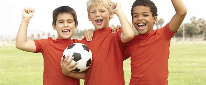 Grupo-de-amigos-junto-a-un-balón-de-futbol