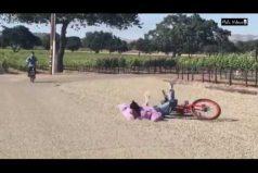 Kendall Jenner vuelve viral hasta una caída en bicicleta. ¡La verdad lo hace con estilo!