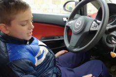 Por videos como este las mamás no dejan que los padres enseñen a manejar a sus hijos… ¡Con toda razón!