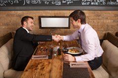 Esto es lo que debes y no debes hacer en una comida de negocios