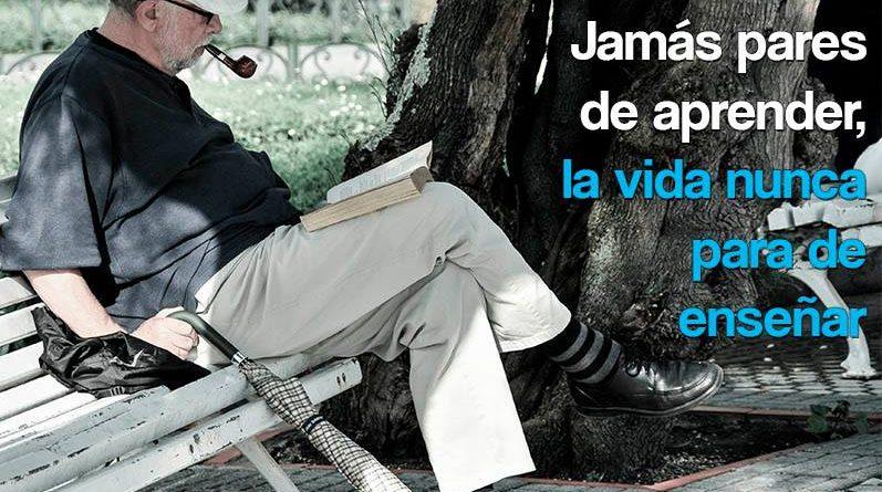 Hombre mayor leyendo
