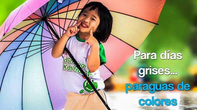 Niña con paraguas de colores