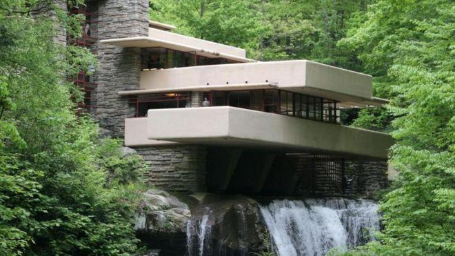 La incre ble y pol mica casa sobre una cascada de frank for Arquitectos y sus obras