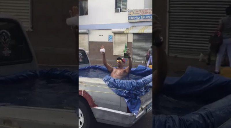 Camioneta-piscina-rodando-en-la-calle-de-Santo-Domingo-República-Dominicana-icana