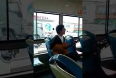 ¡Qué talento! El joven que sorprendió en un bus en Perú con su gran interpretación de Wonderwall (Oasis)