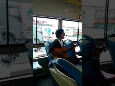 Joven-cantando-WonderwallOasis-en-un-busYoung-singing-Wonderwall-Oasis-on-a-bus