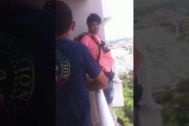 ¡Qué loco! Se lanzó del balcón de su casa para probar si funcionaba el paracaídas… ¡Que compró por Internet!