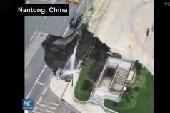 ¡Ver para creer! Tremendo susto se llevaron en Nantong (China) al formarse este impresionante hoyo en la tierra