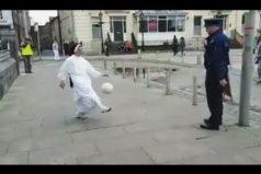 ¡El lado más surrealista del fútbol! Una monja y un policía juegan a no dejar caer la pelota