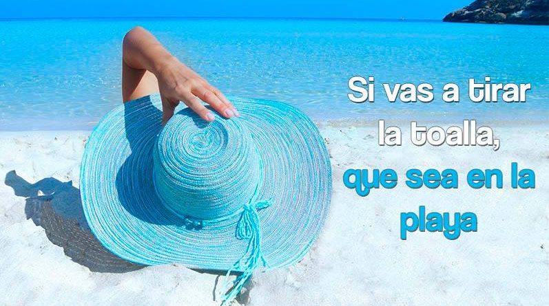 Mujer en la playa con un sombrero azul