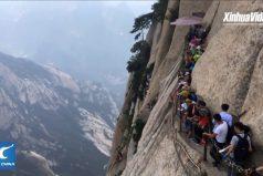 ¿Te arriesgarías a hacer una caminata acá? La ruta por el acantilado del monte Hua (China), la más extrema del mundo